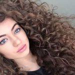 الشعر المجعّد من آخر صيحات الجمال لهذا العام